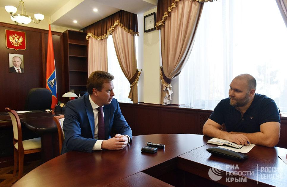 Губернатор Севастополя Дмитрий Овсянников дает интервью корреспонденту РИА Новости Крым Андрею Кирееву