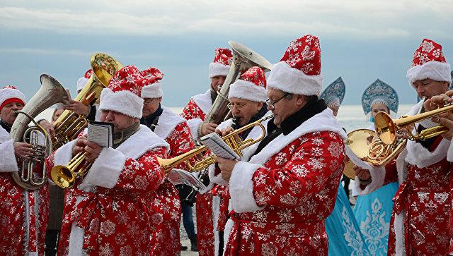 Оркестр Дедов Морозов на восьмом ежегодном Мороз-параде в Ялте