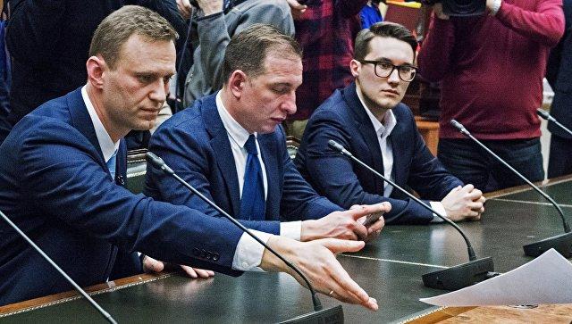 Алексей Навальный (слева) подал документы в ЦИК на регистрацию