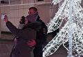 Люди фотографируются на фоне новогодней композиции на площади Ленина в Симферополе