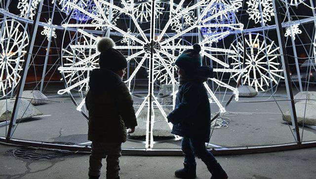 Дети возле елки в центре Симферополя