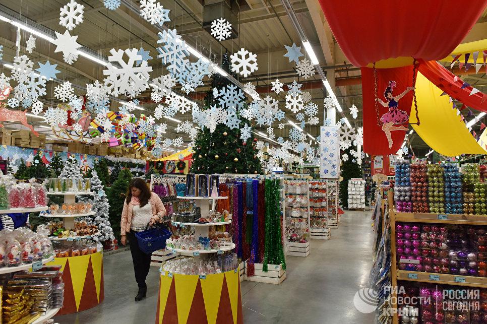 Новогодние товары в магазине в Симферополе