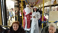 Дед Мороз и Снегурочка поздравляют пассажиров троллейбуса в Симферополе с наступающим Новым годом