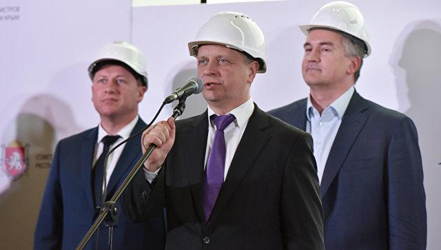Министр транспорта РФ (в центре) посетил строительство нового терминала международного аэропорта Симферополь