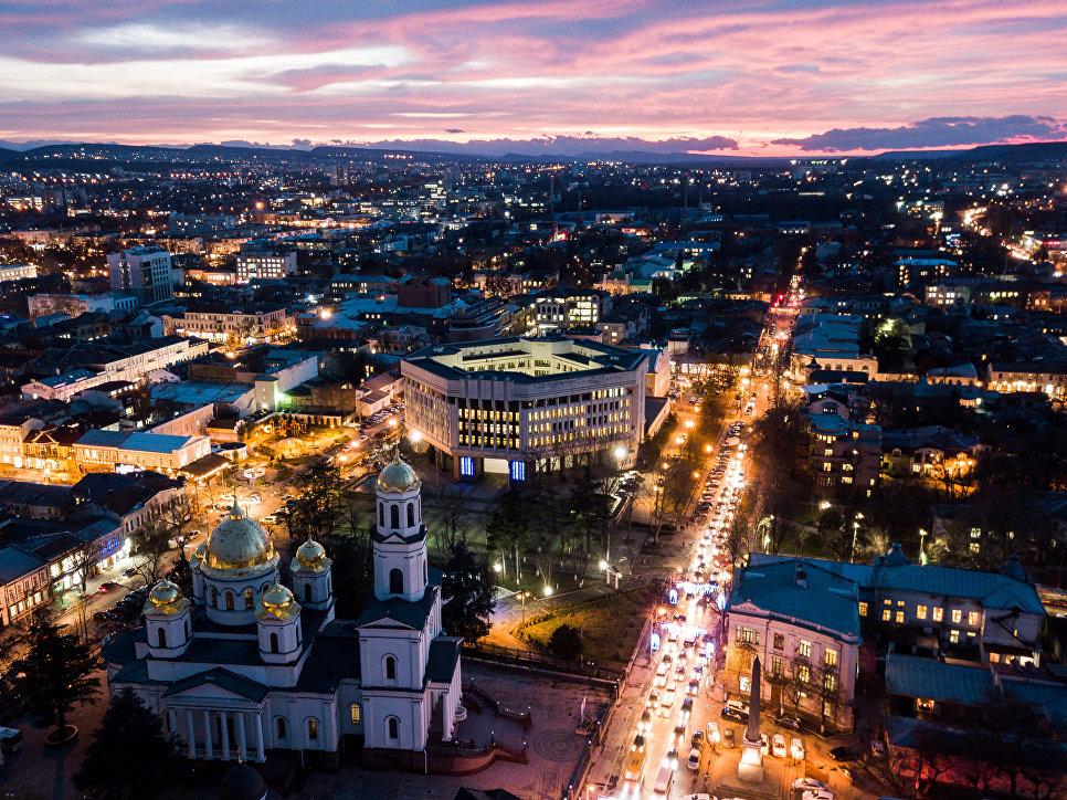 Храм Александра Невского (слева) и здание Государственного Совета Республики Крым в Симферополе