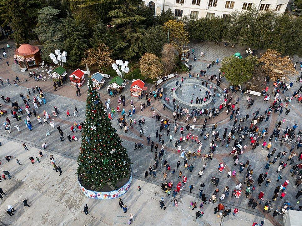 Парад Дедов Морозов на набережной имени Ленина в Ялте