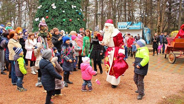 Дед Мороз с детьми в Детском парке Симферополя