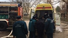 Сотрудники МЧС и скорая помощь на месте пожара в многоэтажном доме в Евпатории