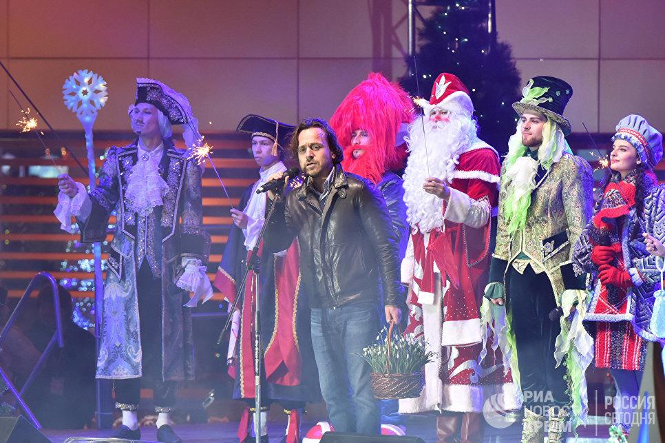Директор МДЦ Артек Алексей Каспржак поздравляет детей с Новым годом
