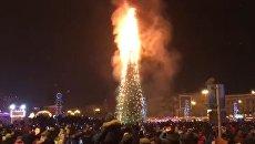 Загоревшаяся в центре Южно-Сахалинска елка