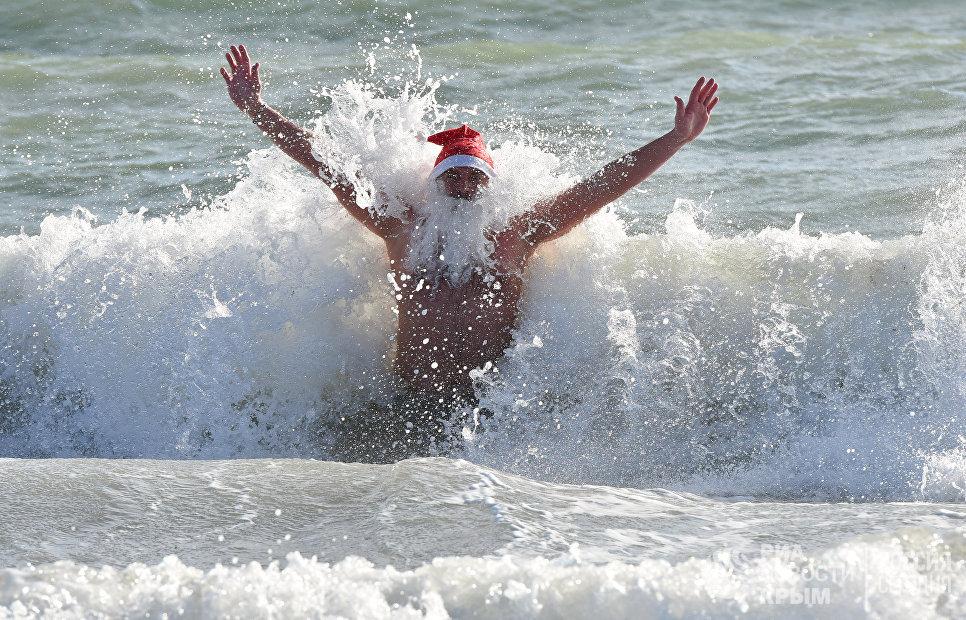 Моржи устроили Рождественский заплыв в Евпатории