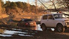 На Симферопольском водохранилище машина утонула в луже