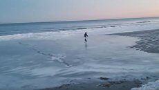 Житель штата Мэн устроил каток прямо на пляже