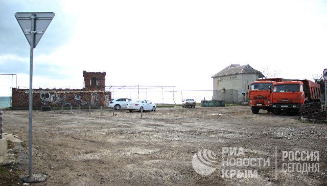 Место, где находился мемориал с захоронением сотни советских и немецких солдат в поселке Приморский