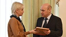Прокурор Крыма Олег Камшилов вручает благодарность шеф-редактору радио Спутник в Крыму Ирине Мульд