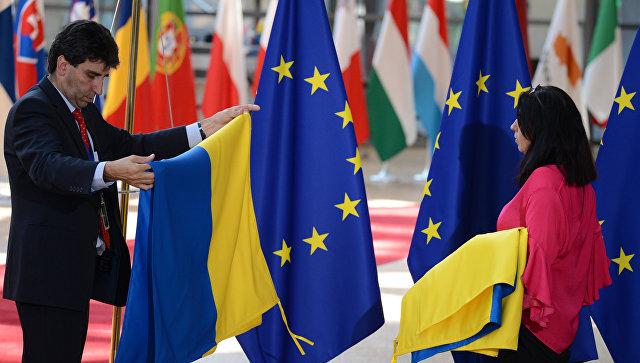 Флаги Украины и ЕС на саммите в Брюсселе. Архивное фото