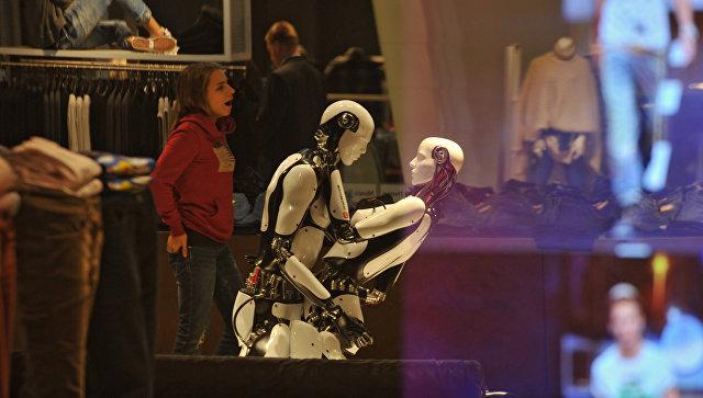Роботы, выставленные для рекламы новой осенне-зимней коллекции одежды, в торговом зале ЦУМа