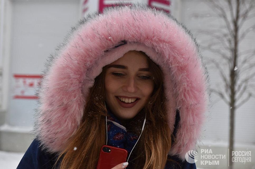 Девушка радуется первому снегу в Симферополе. 14 января 2018