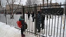 Школьники и сотрудники полиции у входа в школу №127 в Перми