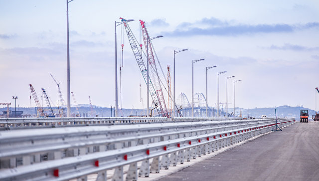 На пилотном участке Крымского моста установили ограждение и освещение