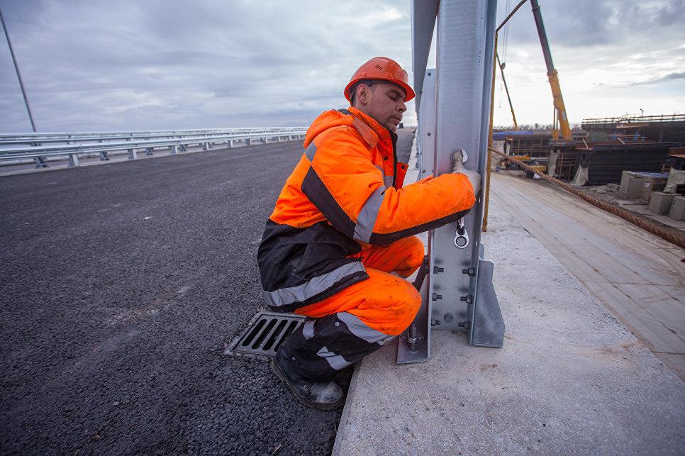 Началось облагораживание проезжей части Крымского моста