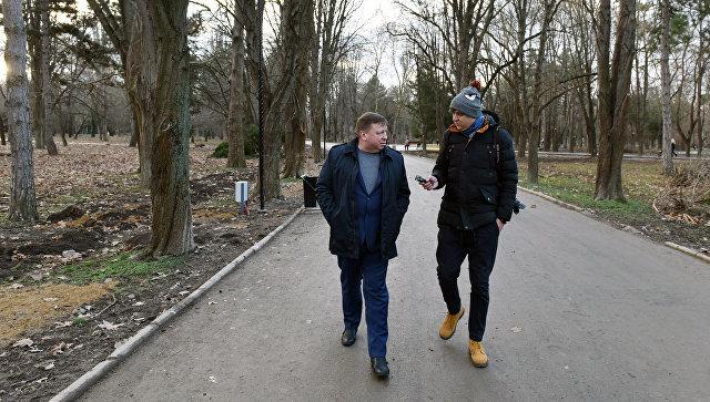 Глава администрации города Симферополя Игорь Лукашев (слева) прогулялся по улицам города с корреспондентом РИА Новости Крым