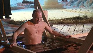 Путин окунулся в прорубь на Селигере в честь праздника Крещения Господня
