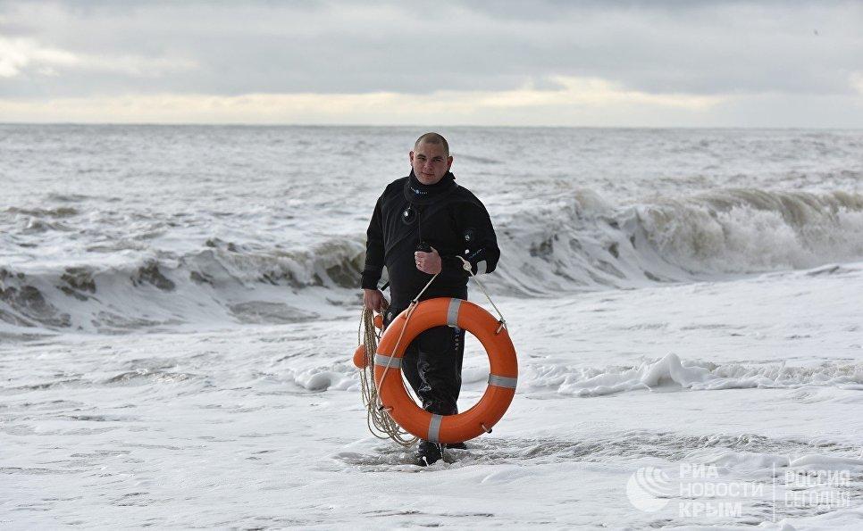 Спасатель охраняет безопасность во время крещенских купаний в Алуште