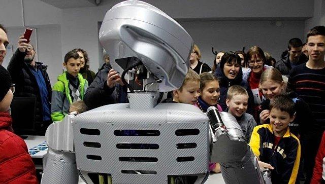 Человекоподобный робот SAR-400, представленный в СевГУ