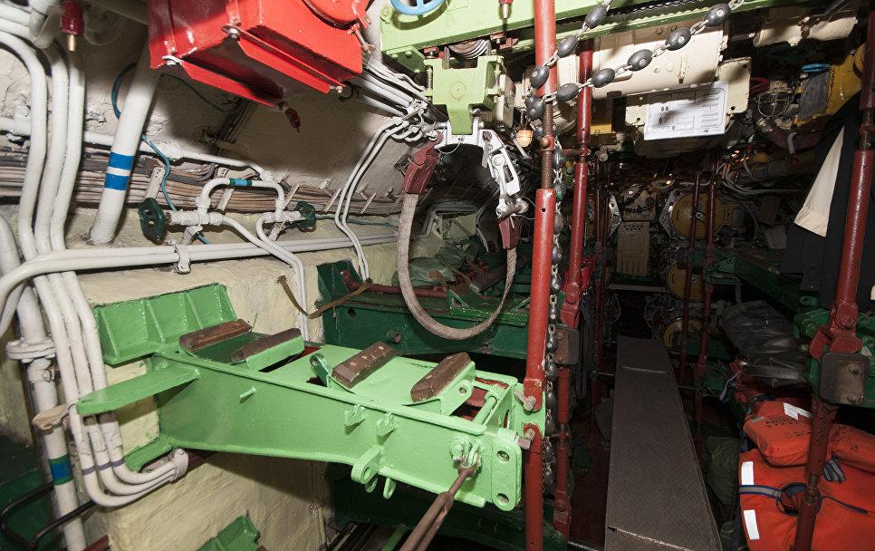 Стеллаж для торпед в первом отсеке подводной лодки Запорожье ВМС Украины. Сентябрь, 2013 год