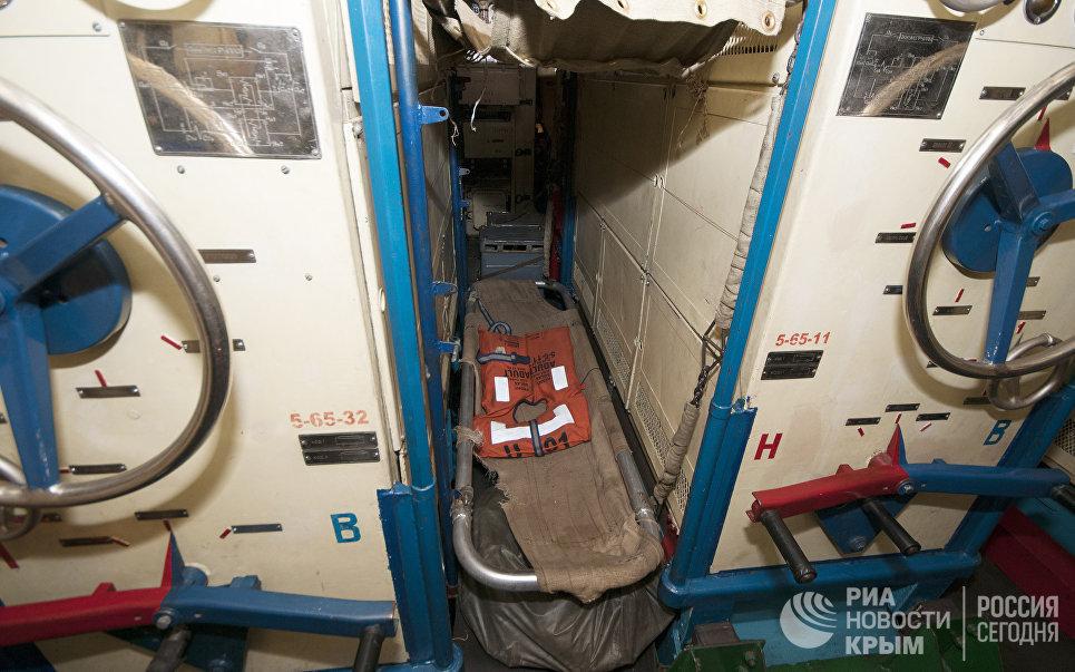 Койка в электро-механическом отсеке на подводной лодке Запорожье ВМС Украины. Сентябрь, 2013 год