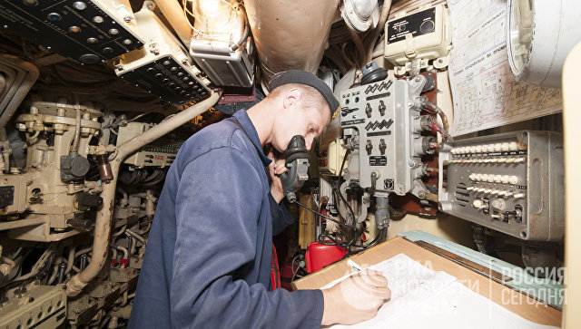 Центральный отсек на подводной лодке Запорожье ВМС Украины. Сентябрь, 2013 год