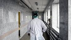 Врач в коридоре больницы