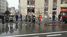 Работа спасателей на месте взрыва бытового газа у станции метро в Баку