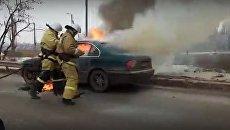 Пожарные тушат загоревшийся автомобиль под Симферополем