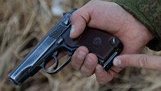 Пистолет в руках мужчины. Архивное фото