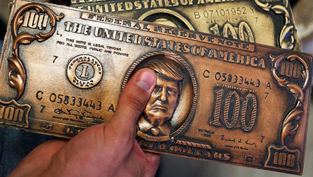 Пластина для печати сувенирных долларовых купюр с портретом президента США Дональда Трампа. Архивное фото