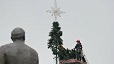 В Симферополе разбирают главную елку города. 29 января 2018