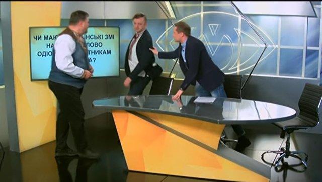 Во время прямого эфира нардеп Украины устроил потасовку с журналистом. Скриншот с видео на YouTube