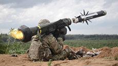 Американский военный производит выстрел из противотанкового ракетного комплекса Javelin