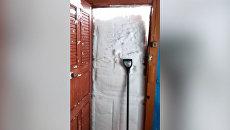 Без лопаты не пройти: сахалинец показал свой выход из дома после снегопада