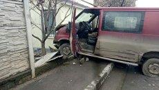 В Симферополе микроавтобус влетел в забор частного дома