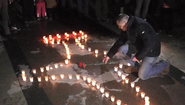 В Севастополе из свечей выложили самолет в память о погибшем в Сирии пилоте