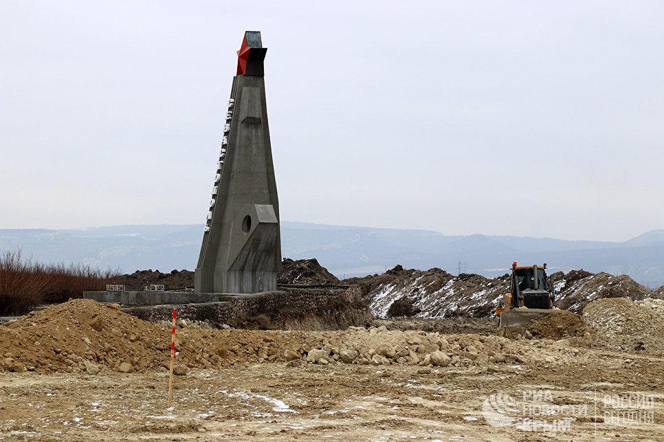 Стела на въезде в Севастополь, где идут строительные работы