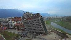 Землетрясение на Тайване: спасатели ищут людей в наклонившемся здании