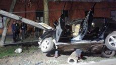 В Феодосии автомобиль врезался в бетонное основание опоры ЛЭП