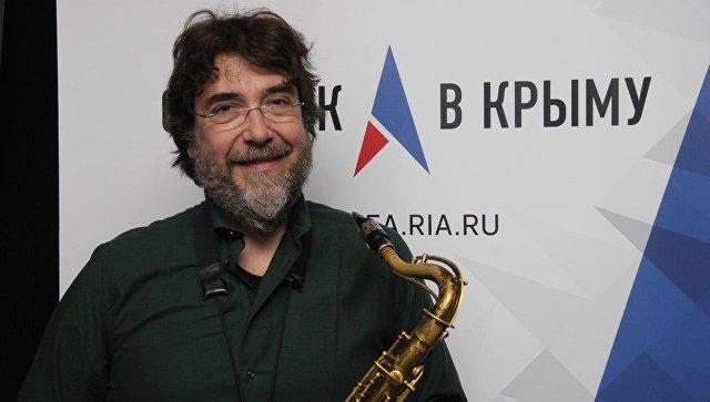 Итальянский саксофонист Эмануэль Чизи