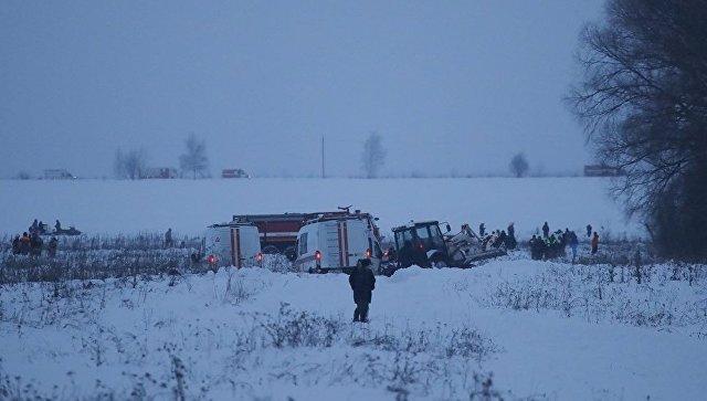 Спасатели работают на месте крушения самолета Ан-148 в Подмосковье