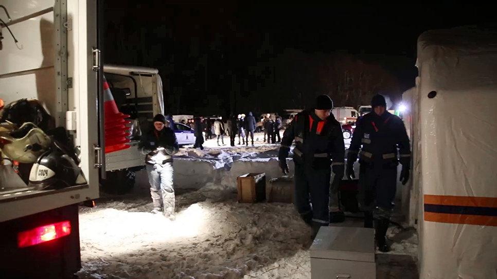 Сотрудники МЧС на месте крушения пассажирского самолета в Московской области