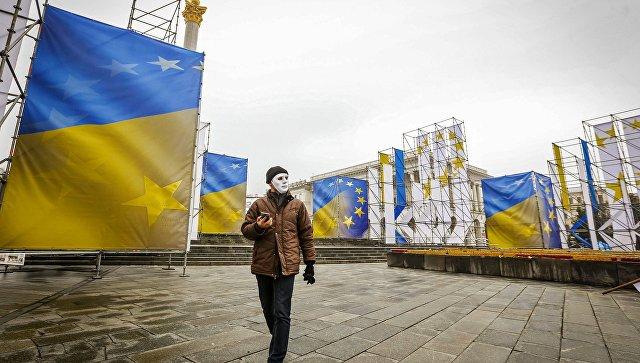Мужчина и флаги Украины. Архивное фото